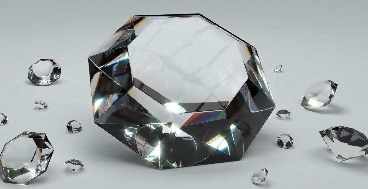 diferentes-diamantes-dispuestos-sobre-una-superficie